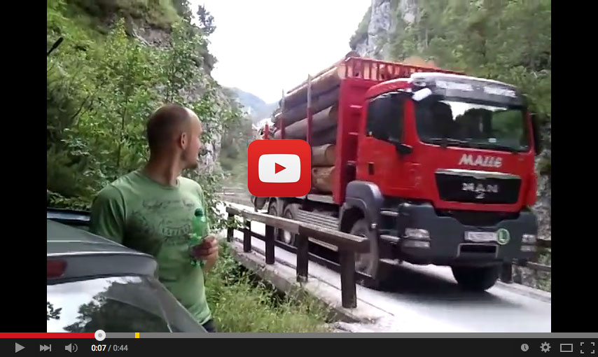 Conducción precisa por un desfiladero en los Alpes