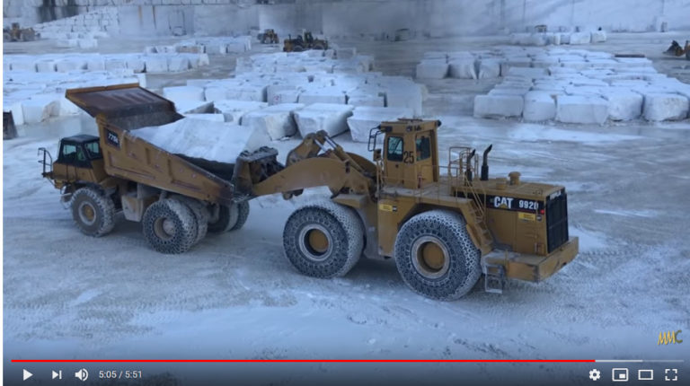 Maquinaria pesada moviendo bloques de mármol