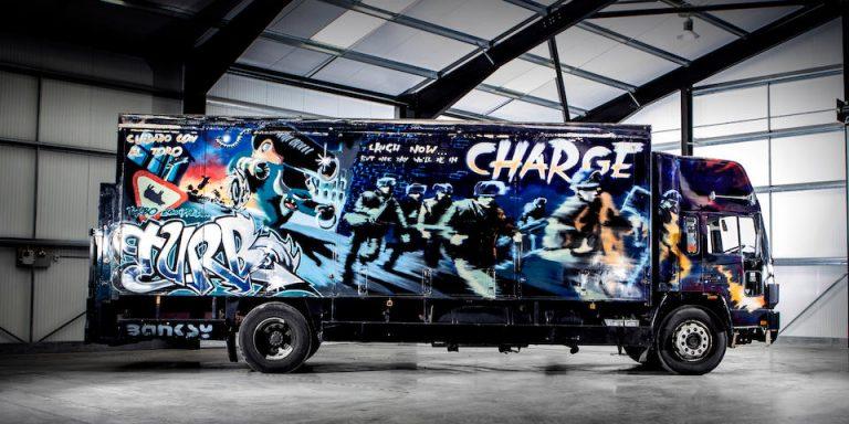 El camión más caro del mundo, pintado por el conocido grafitero Banksy