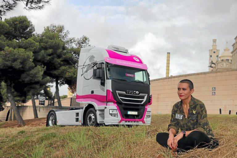 El Iveco Pink de Oti Cabadas, un toque de color en carretera
